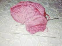 编织婴孩的一个帽子 库存照片
