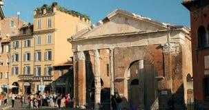 罗马,意大利- 2018年10月20日:奥克塔维娅古老结构门廓门面在好日子 走在门廓附近的人们 股票视频