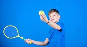 网球体育和娱乐 男孩儿童游戏网球 实践的网球技能 有球拍的人享受比赛 远期 免版税库存图片