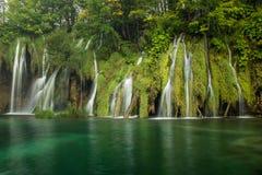 美丽和惊人的Plitvice湖国立公园,克罗地亚,瀑布的宽射击 免版税库存图片