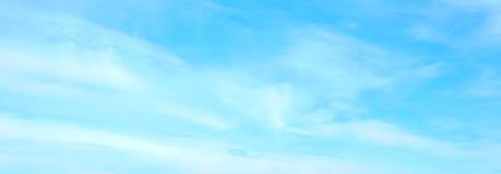 美丽的天空蔚蓝有白色蓬松云彩背景 免版税库存图片