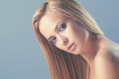 美丽的妇女画象,隔绝在灰色背景 图库摄影
