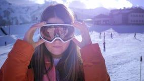 美丽的少女佩带的滑雪风镜 从寒假微笑并且得到乐趣 准备滑雪或雪板 股票视频