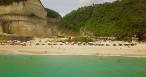 美丽的在4对录影,游人的海滩鸟瞰图在海滩放松 股票录像