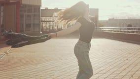 美丽的深色的女孩画象获得乐趣在日落户外在慢动作 股票视频