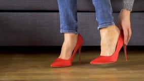 美丽的性感的女商人离开红色高跟鞋和按摩痛苦的腿 影视素材