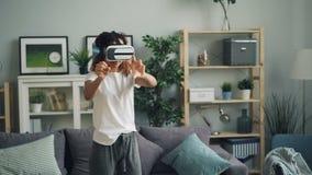 美丽的非裔美国人的女孩获得乐趣用虚拟现实玻璃移动的手和头佩带的耳机 女孩 影视素材