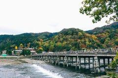 美丽的Togetsukyo桥梁在Arashiyama京都日本 免版税库存图片