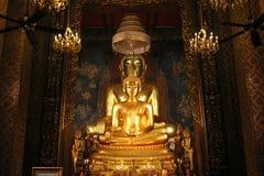 美丽金黄菩萨雕象和泰国艺术建筑学在泰国寺庙 库存照片