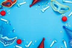 美好的五颜六色的狂欢节季节或照片摊支柱狂欢节背景的台式视图空中图象 舱内甲板被放置的五颜六色的面具 库存照片
