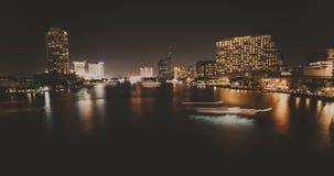 美好的夜日落在曼谷 在河的小船交通有美丽的轻的足迹的 股票视频