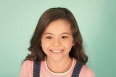 美好的微笑 儿童愉快快乐享受童年 女孩卷曲发型可爱的微笑的愉快的面孔 孩子迷住 库存图片