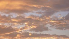 美好的剧烈的日落覆盖手扶天空橙色的金子 股票录像
