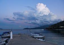 美好的日落、游艇和小船在爱奥尼亚海在Kefalonia海岛上在希腊 免版税库存照片