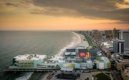 美好的空中日落在大西洋城 免版税库存图片