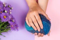 美好的裸体修指甲 有完善的修指甲的妇女手 妇女手关心 手和温泉放松 秀丽妇女钉子 免版税库存照片
