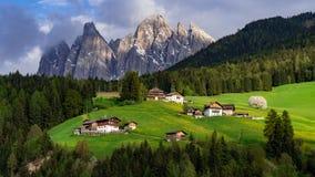 美好的风景在阿尔卑斯 圣诞老人马达莱纳半岛, Val二Funes,白云岩,意大利 绿色草甸 免版税库存照片