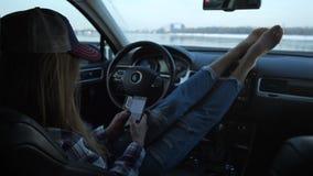 美好的透视,汽车神色的一个时髦的女孩到电话里 窗口外您能看到河 股票录像