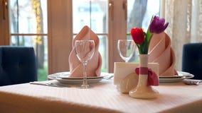 美妙地装饰的宴会桌在高级餐馆 花郁金香作为在的美丽的桌装饰 影视素材