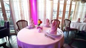 美妙地装饰的宴会桌在高级餐馆 花郁金香作为在的美丽的桌装饰 股票录像