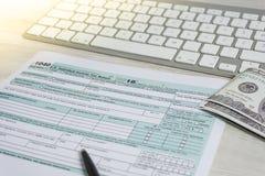 美国在键盘旁边的报税表和报税表1040 报税表我们营业收益办公室手积土概念 免版税图库摄影