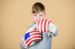 美国拳击手概念 实践儿童运动的运动员把技能装箱 拳击体育 为争吵准备 确信  库存照片
