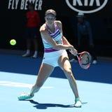美国的职业网球球员达尼埃尔林斯行动的在她的在2019年澳网的半决赛期间 库存图片
