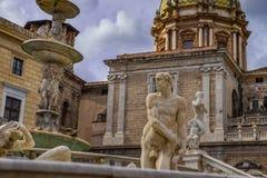 羞辱著名喷泉的雕塑在巴洛克式的广场比勒陀利亚,巴勒莫的 免版税库存图片