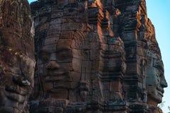石面孔在拜伦,吴哥城寺庙,选择聚焦日落光 佛教凝思概念,举世闻名的旅行 库存图片