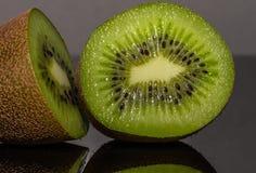 猕猴桃 Reflectiv 果子 片式 投反对票 水多 免版税图库摄影