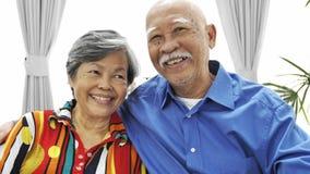 看与微笑面孔的亚洲资深夫妇画象一台照相机, 股票视频