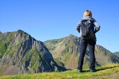 看山风景的游人在比利牛斯国家公园 免版税库存照片