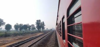 看在印度铁路特级列车的窗口外面以绿色农场土地为目的 免版税图库摄影