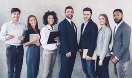 看照相机的年轻企业队在办公室 免版税库存图片
