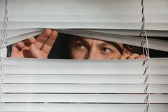 看通过威尼斯式窗口的好奇人 免版税库存图片