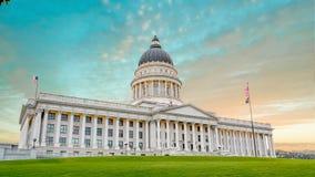 犹他国家资本大厦与五颜六色的云彩的早晨 库存照片