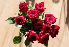 玫瑰自上而下的花束在阳光下 免版税库存照片