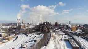 环境灾害 恶劣的环境在城市 烟和烟雾 大气的污染由植物的 废气 库存照片