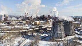环境灾害 恶劣的环境在城市 烟和烟雾 大气的污染由植物的 废气 免版税库存照片