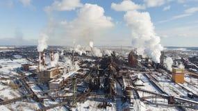 环境灾害 恶劣的环境在城市 烟和烟雾 大气的污染由植物的 废气 免版税库存图片