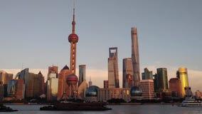 现代浦东地平线的夜视图横跨障壁的在上海,中国 上海是最大的中国城市 股票视频