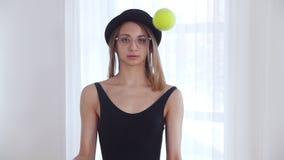 玻璃的年轻女人玩杂耍与网球的 影视素材