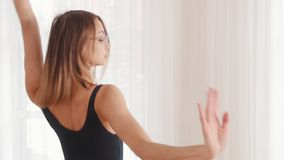 玻璃的年轻美丽的塑料妇女芭蕾舞女演员训练舞蹈的在演播室 股票录像