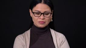 玻璃的想法的亚裔女实业家在黑暗的背景 股票录像