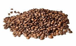 烤咖啡豆小山在白色被隔绝的背景的 接近的距离 免版税库存照片