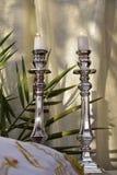烧在shabbat的银色烛台的白色蜡烛 免版税库存照片