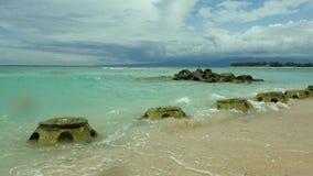 热带海滩和深蓝和绿松石水惊人的海美丽的景色在龙目岛Gili海岛的在印度尼西亚 影视素材