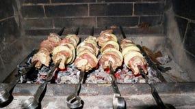 烹调在串的kebabs在烤箱 库存图片