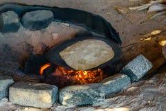 烹调在一所流浪的住宅的火的皮塔饼面包 库存照片