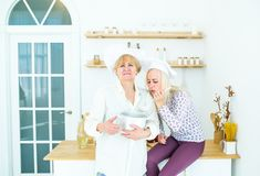 烹调在家庭厨房的两名妇女厨师鲜美汤 图库摄影
